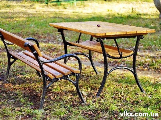 скамейки и чугунные столы